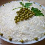 Рыбный салат с сыром, кукурузой и рисом