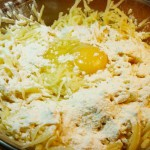 Тертый сырой картофель, яйцо, мука