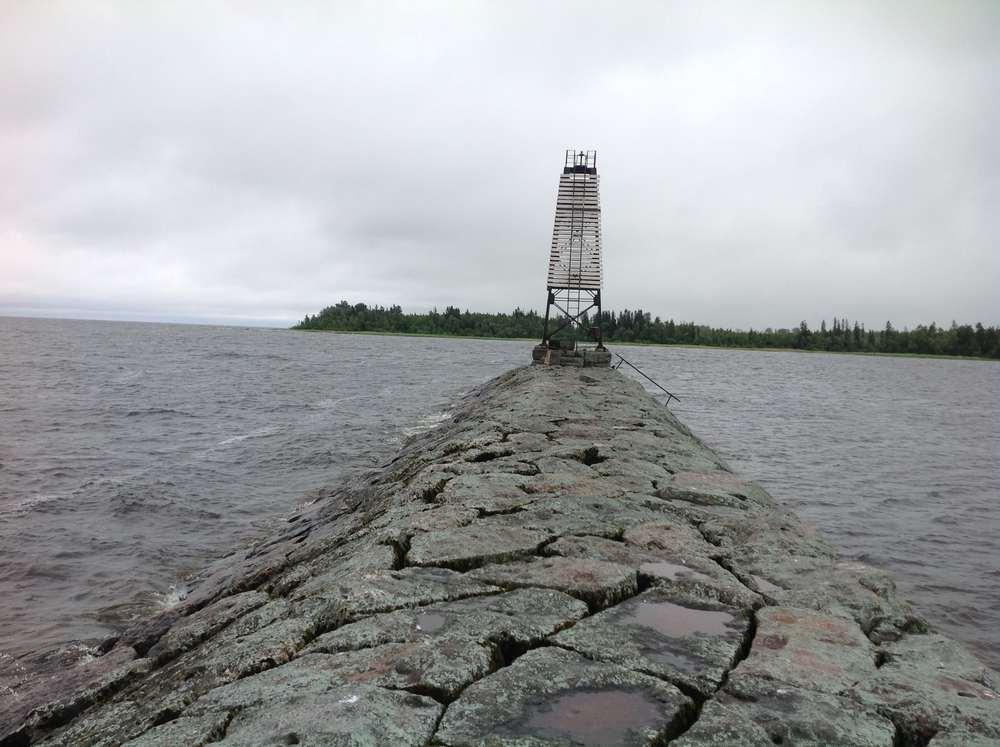 Старая финская дамба с маяком около села Пятиречье